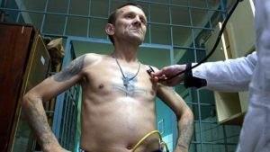 Заключенный с татуировкой креста